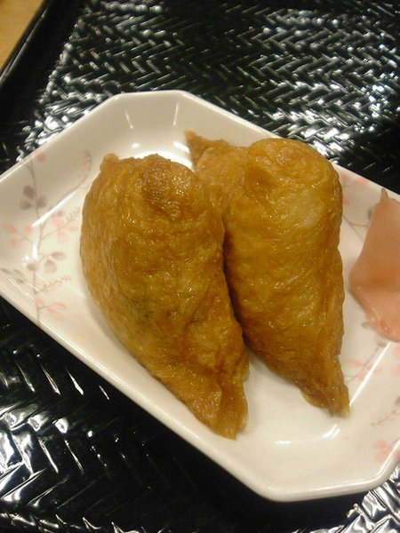 sushi tipo inari, tofú frito