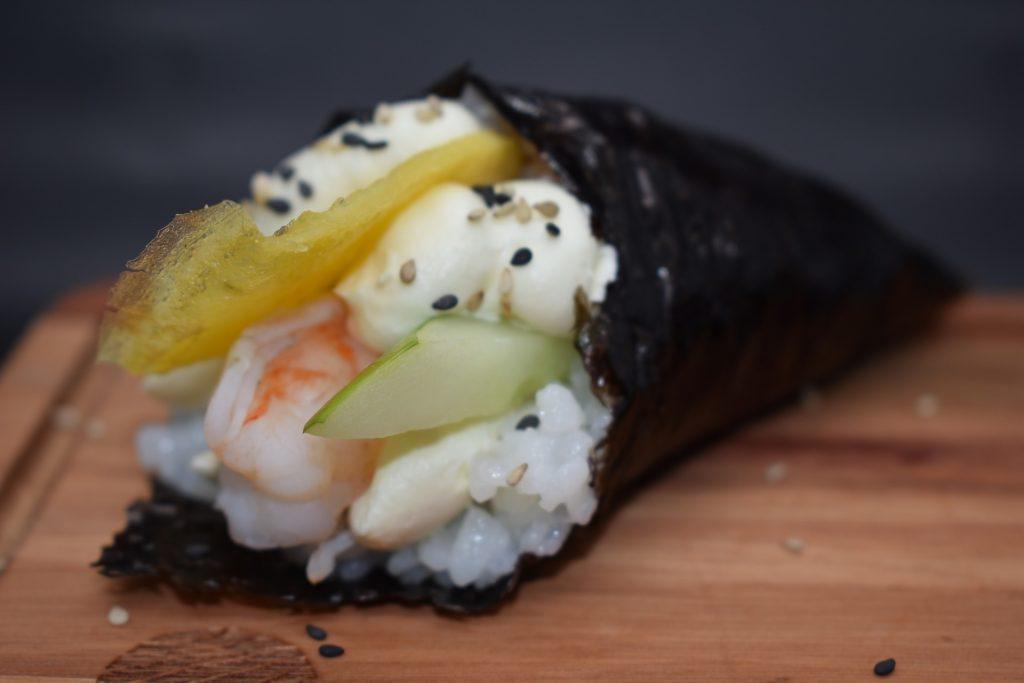 Temaki (cono de arroz con alga nori ) relleno  con gamba, pepino y salsa  mayonesa