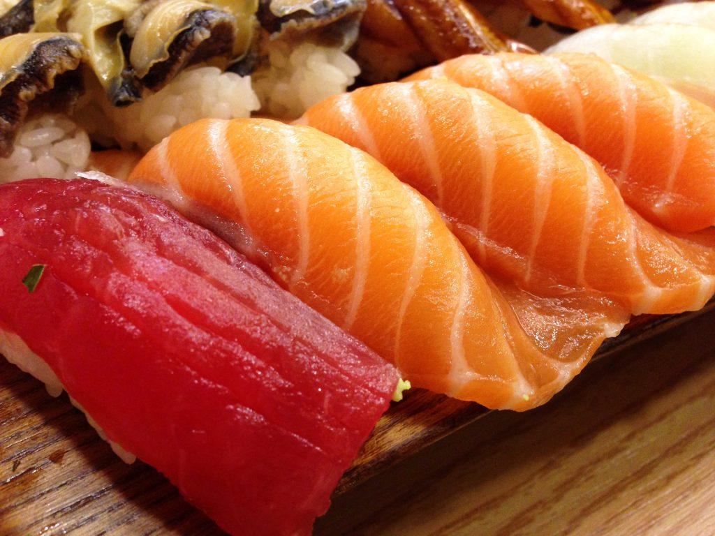 nigiri de atún rojo, salmón y anguila. Bolas alargadas de arroz con pescado crudo laminado encima