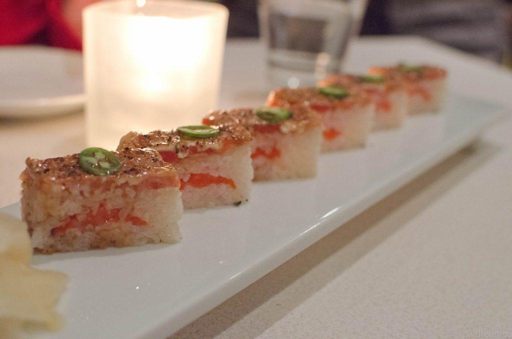 sushi tipo oshi con salmón de relleno
