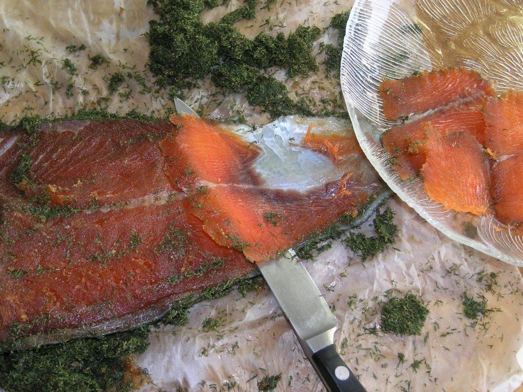 Salmón fileteado con la técnica Sogi-zukuri y usu-zukuri