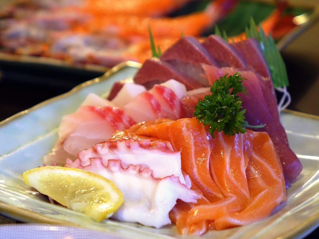 Sashimi de atún, pulpo, salmón y bonito