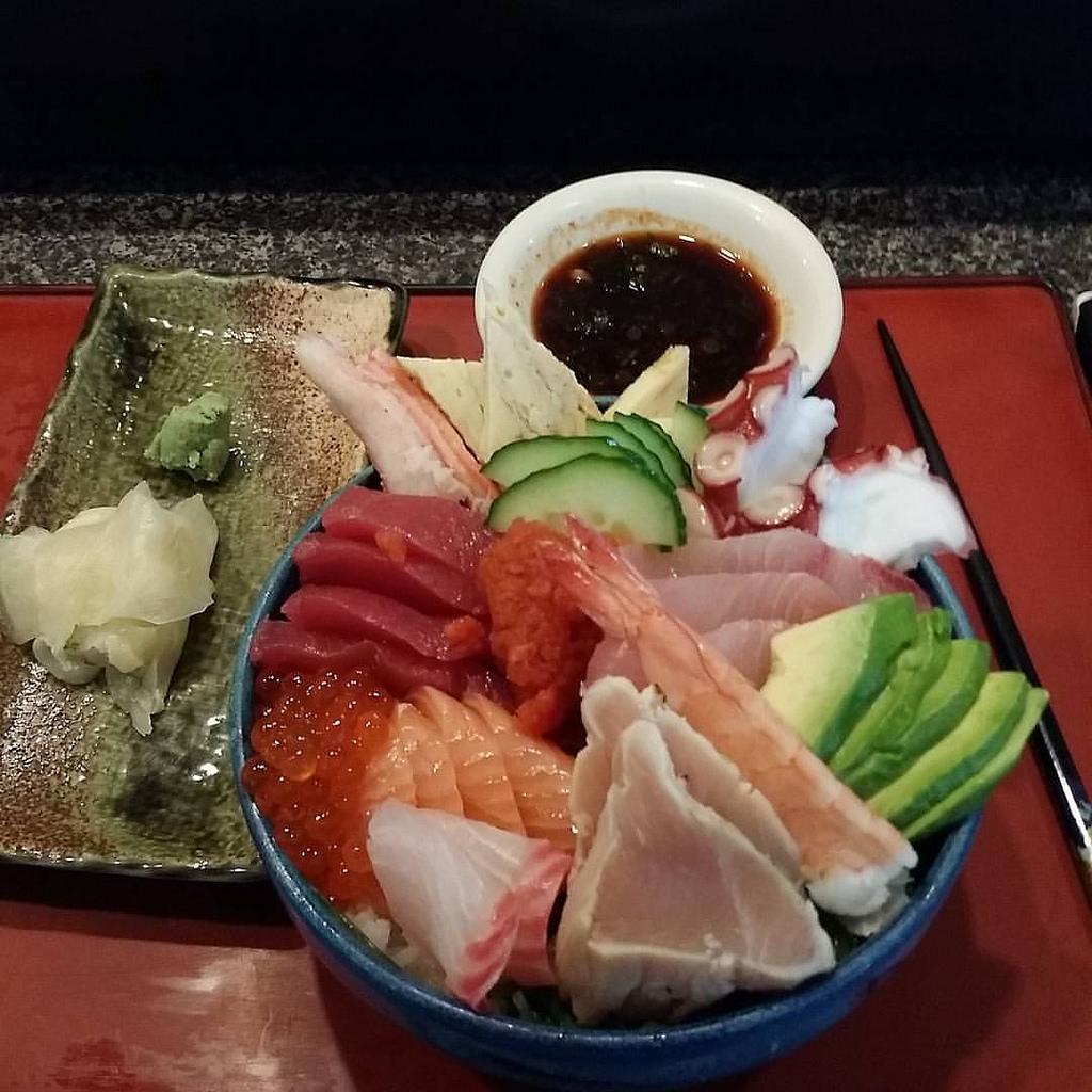 Plato de chirashi sushi, arroz cocido con pescado crudo encima (gambas, salmón, pulpo, atún, pepino y aguacate)