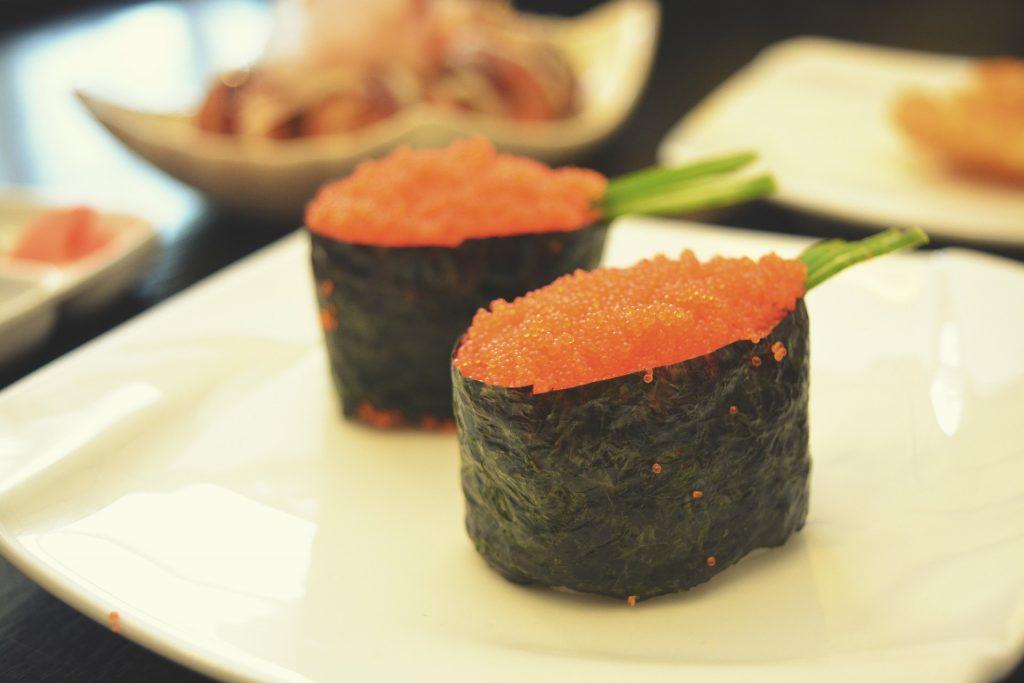 Sushi tipo gunkan hecho con arroz cocido, huevas de pez tobiko y alga nori