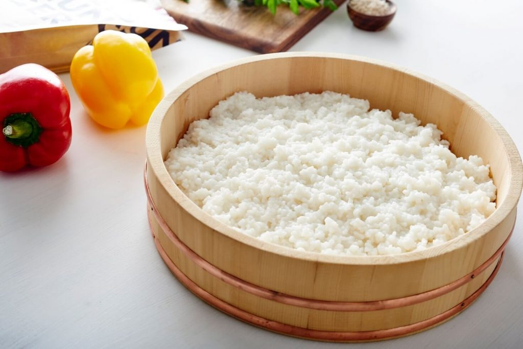 arroz para sushi en un hangiri